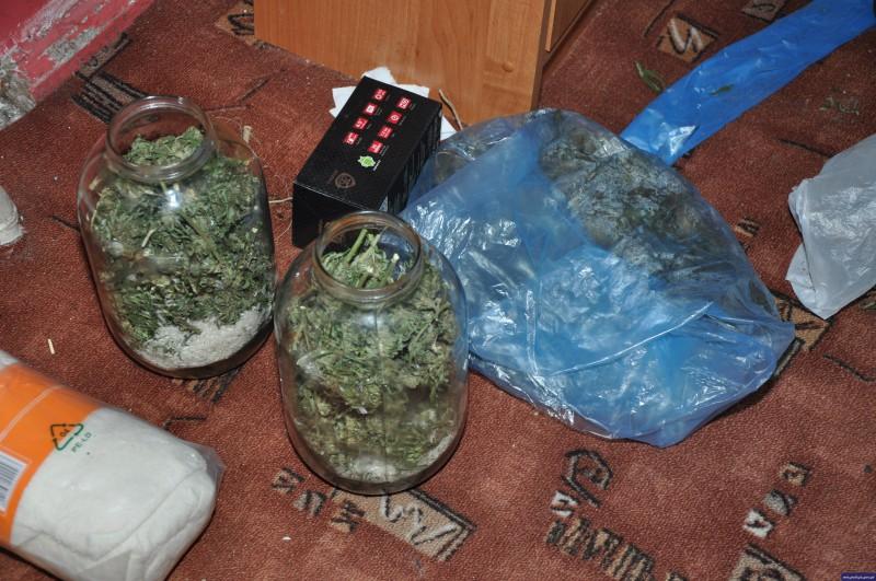 policja konopie marihuana w sloikach