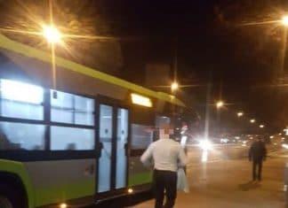 Kierowca zamknął pasażerów w autobusie, a sam wyskoczył po flaszkę do Żabki