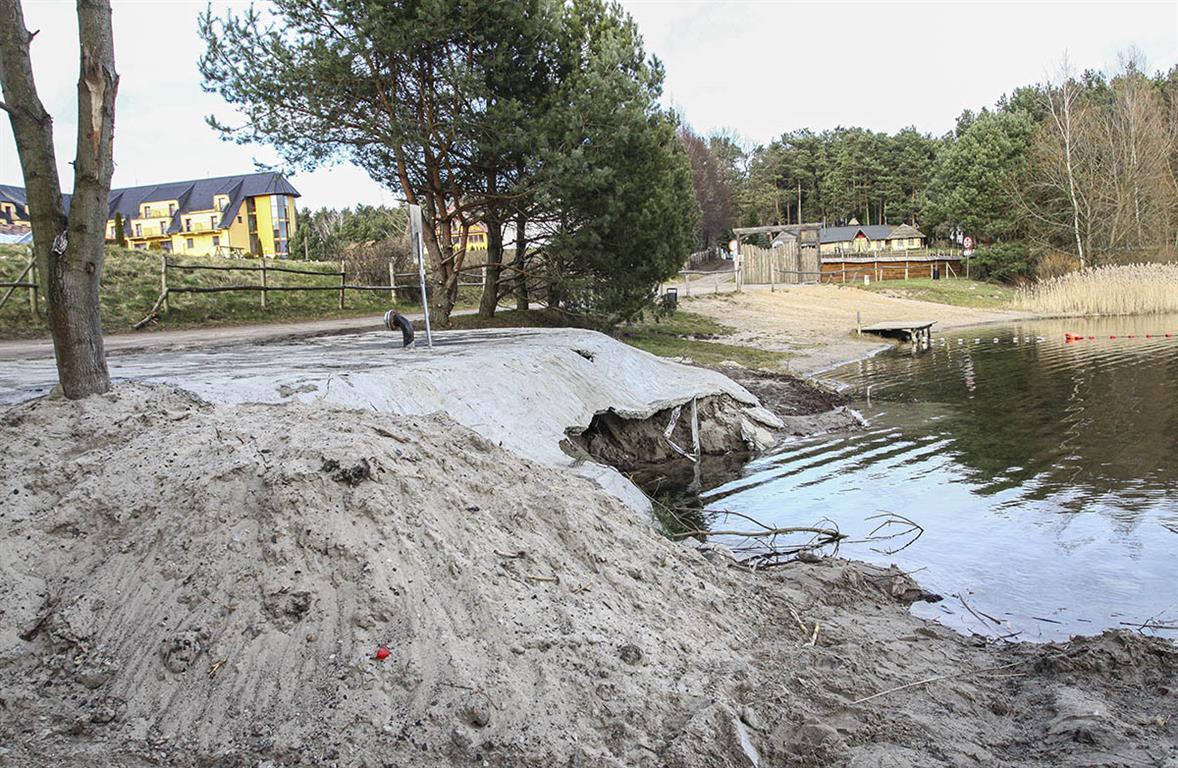 Plaża nad olsztyńskim jeziorem zalana betonem