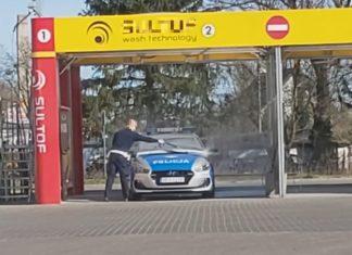 Policjant myje radiowóz na myjni, a kierowcy dostali za to mandat? Internauta nagrał filmik