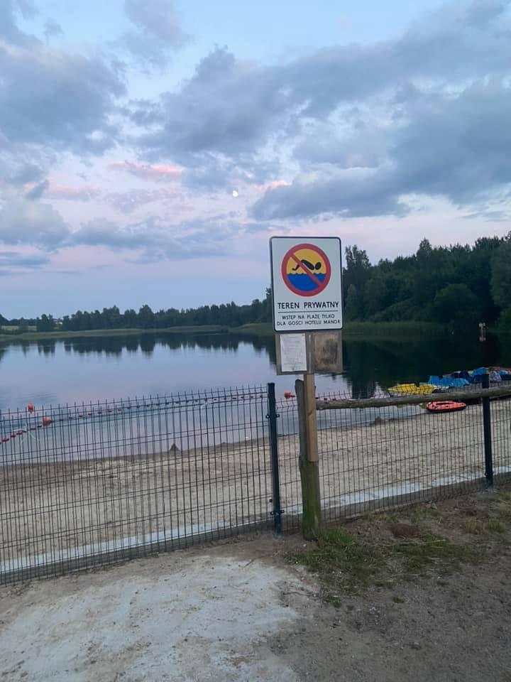 Plaża nad jeziorem Tyrsko (Żbik) zagrodzona dla mieszkańców Olsztyna