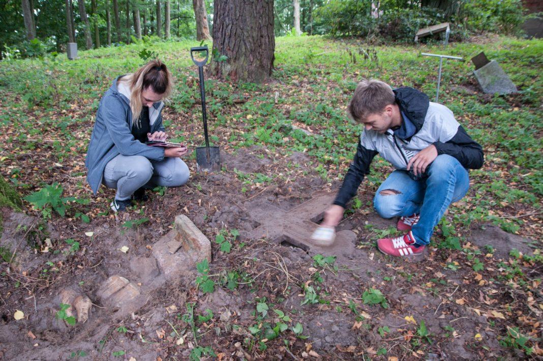 Młodzi Polacy i Niemcy pracują na ewangelickim cmentarzu w Sztynorcie
