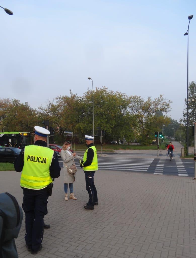 """""""Świeć przykładem – bądź widoczny"""" policjanci rozdawali odblaski"""