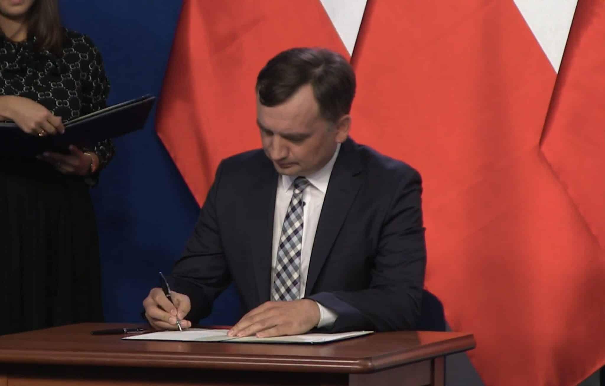 Liderzy: Jarosław Kaczyński, Jarosław Gowin i Zbigniew Ziobro podpisali porozumienie koalicyjne