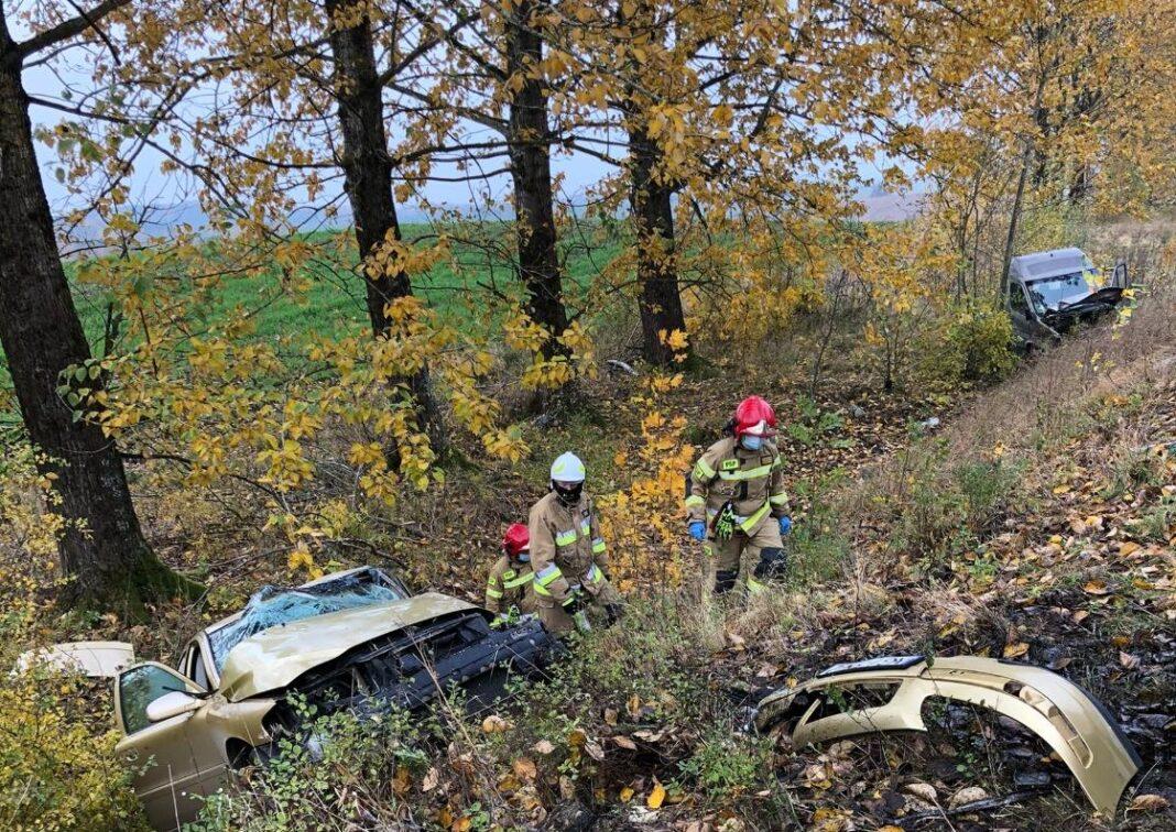 Dwa auta w rowie po wypadku