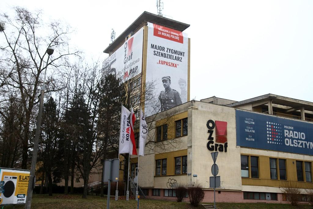 """W Olsztynie zawisł baner z """"Łupaszką"""" ku pamięci Żołnierzy Wyklętych"""